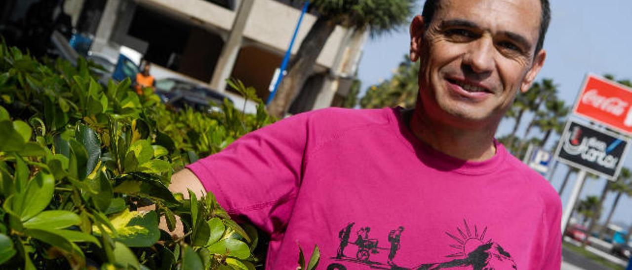 El corredor valenciano Fernando Llopis posa con su camiseta del grupo solidario Cazarettos.