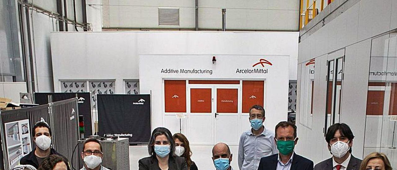 Varios de los investigadores de Idonial y autoridades regionales, en la reciente presentación de un prototipo de respirador artificial.