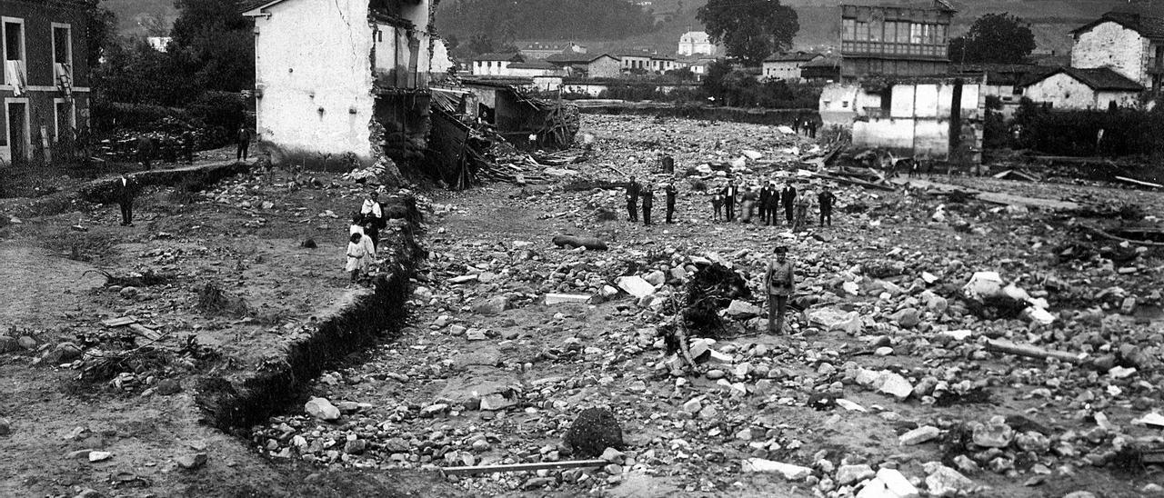 Imagen de los destrozos causados en 1921 por el desbordamiento del río en la villa. | Museo del Pueblo de Asturias