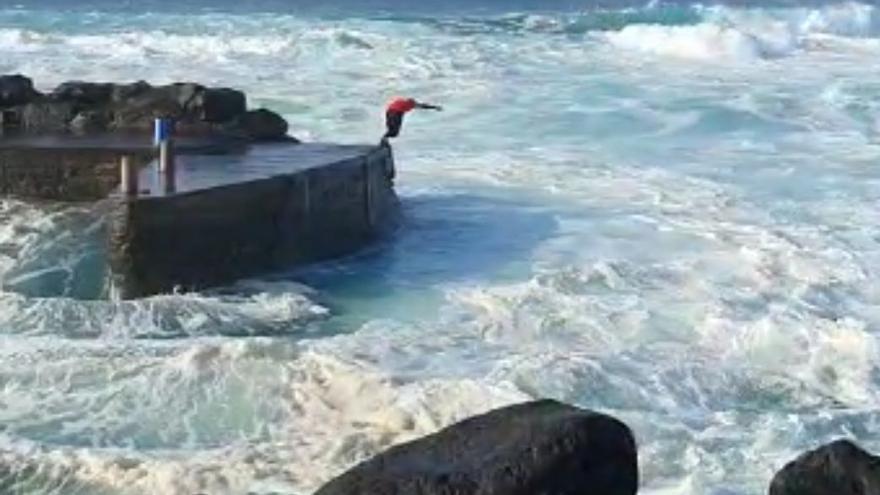 Bañista con olas en La Santa