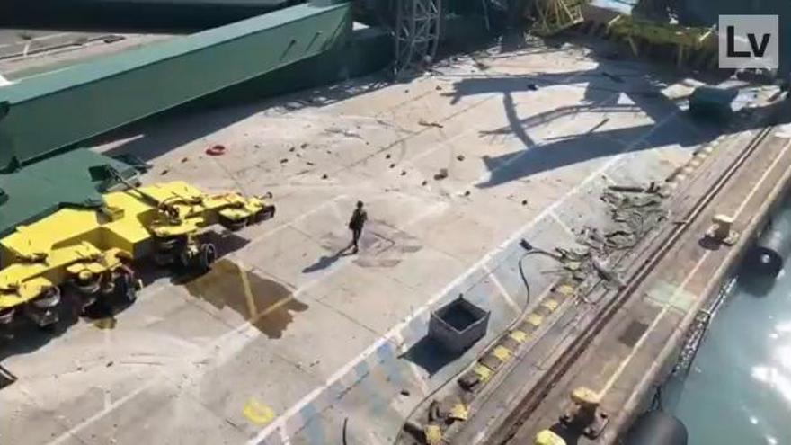 Uno de los barcos más grandes del mundo derriba una grúa en Valencia