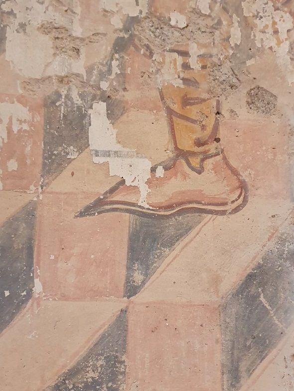 Detalle en el que se aprecia una bota