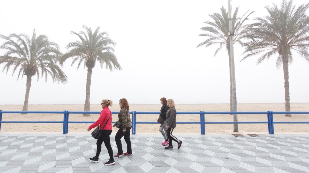 Un grupo de mujeres pasea abrigada por la playa de San Juan en una imagen de archivo