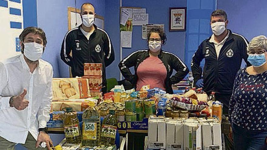 Donación de alimentos del equipo de fútbol de Vilasantar a Servizos Sociais del Concello