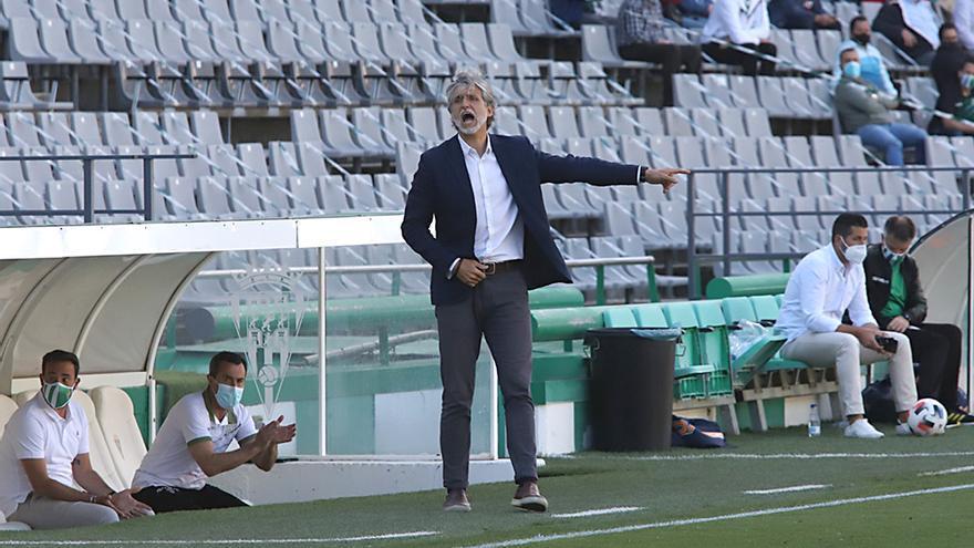 Pablo Alfaro da instrucciones a sus jugadores.jpeg