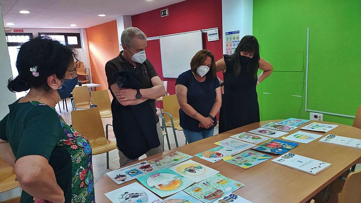 Siero premia a tres jóvenes por sus dibujos de Güevos Pintos
