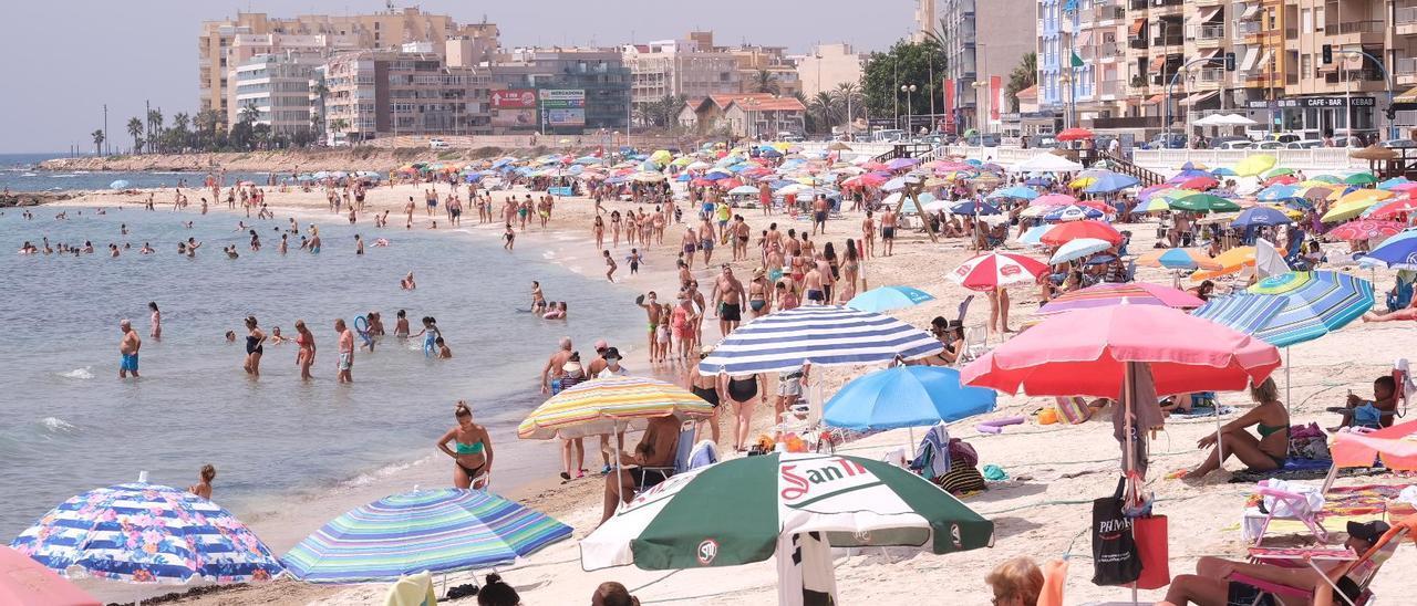 Una imagen de este verano de las siempre turísticas playas de Torrevieja.