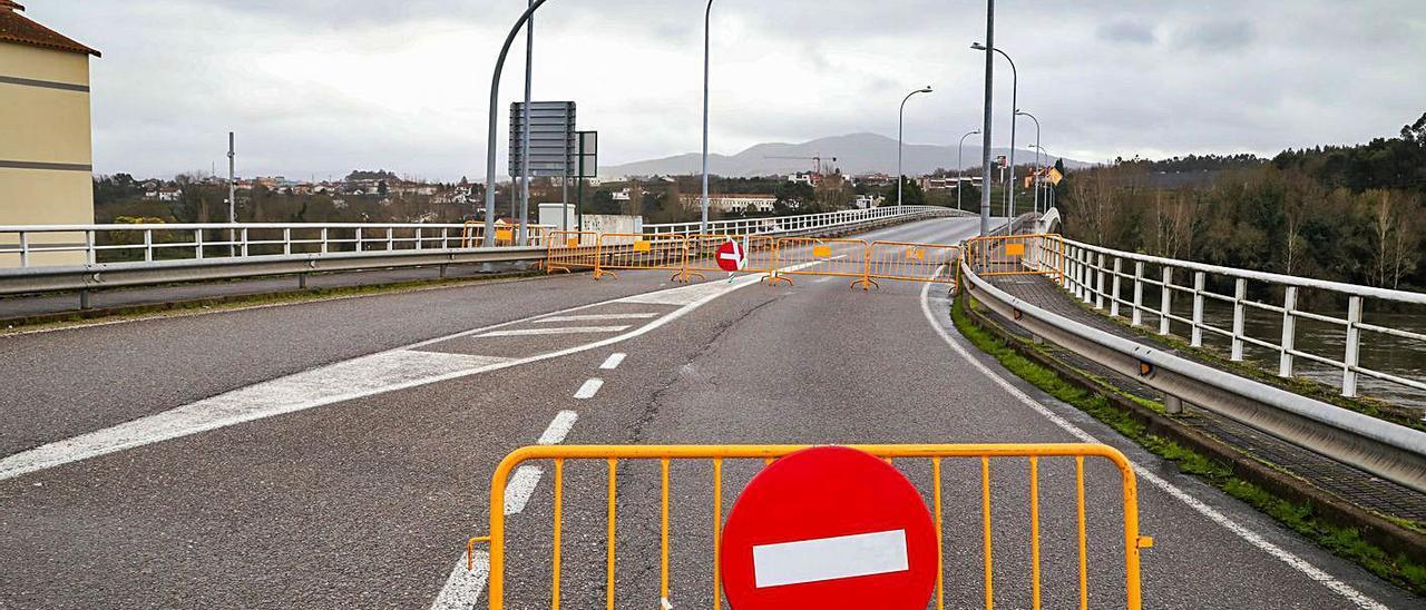 El puente que une Salvaterra y Monçao permanece cerrado la mayor parte del tiempo.   | // ANXO GUTIÉRREZ