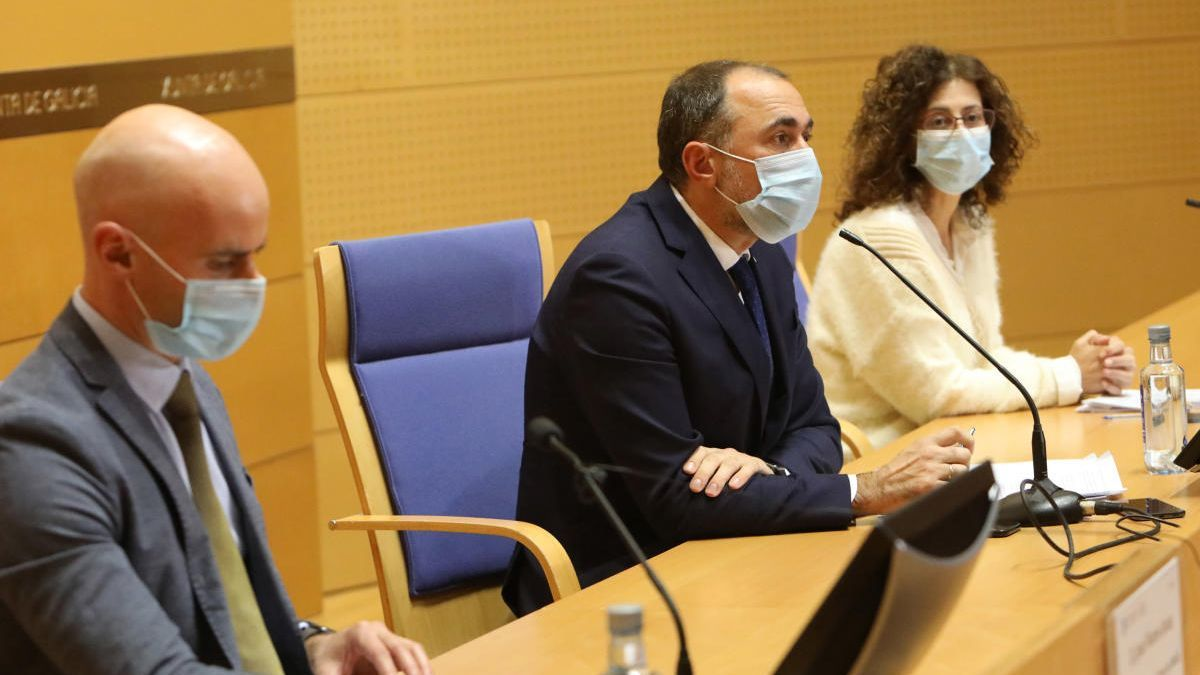 El conselleiro de Sanidade (c), ayer en Santiago.