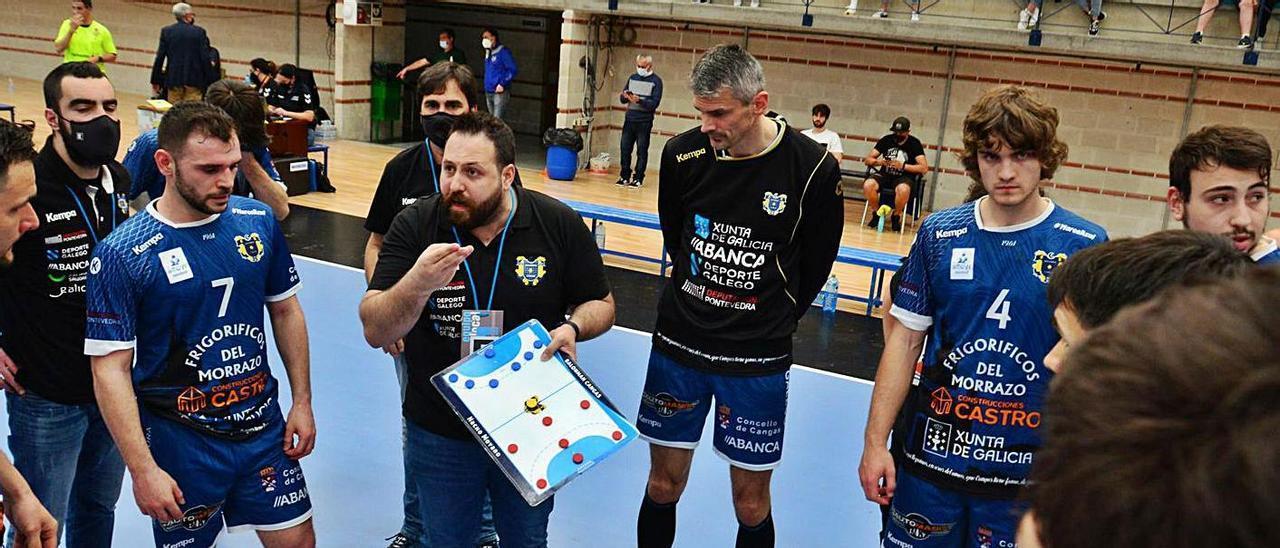 Nacho Moyano imparte instrucciones a sus hombres en el partido ante el Ademar. |  // GONZALO NÚÑEZ
