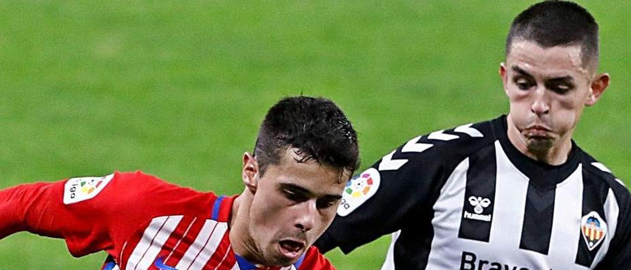 Fidalgo presiona a Gaspar en el partido de El Molinón.