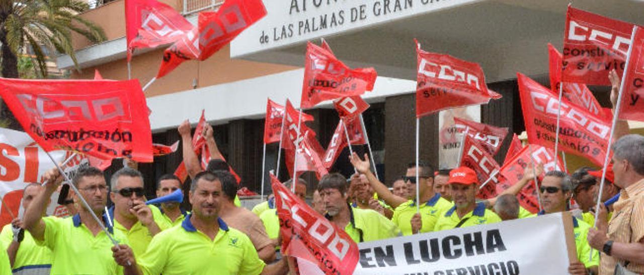 Los trabajadores de Sercanarias, ayer, durante la manifestación.