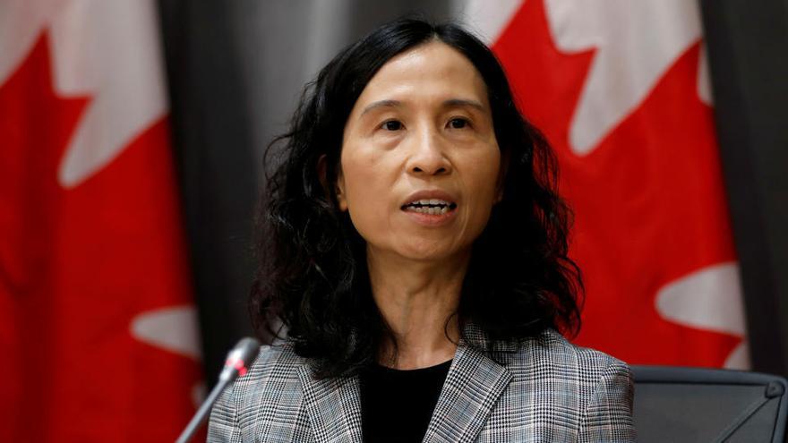 La directora médica de Canadá aconseja sexo sin besos y con mascarilla