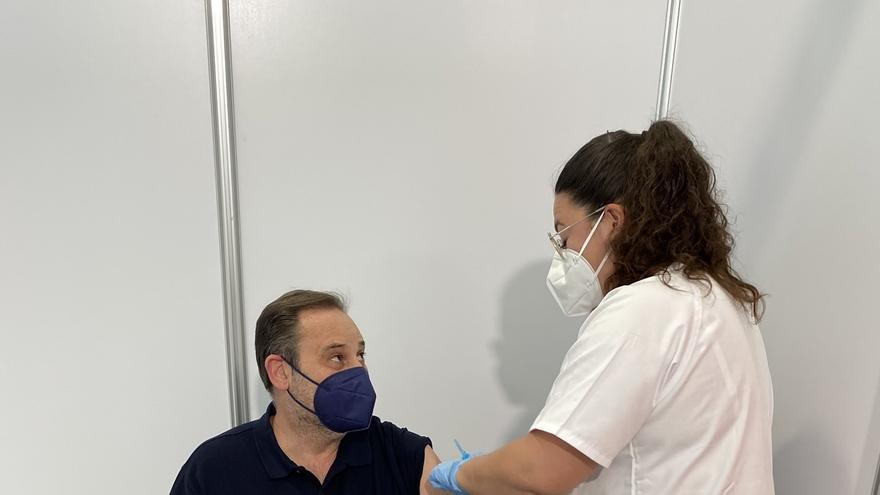 Ábalos y Puig se vacunan con AstraZeneca