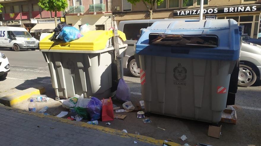 Contenedores a reventar de basura dos días en Elche