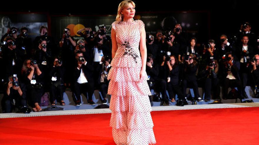 Kirsten Dunst conquista la alfombra roja de Venecia