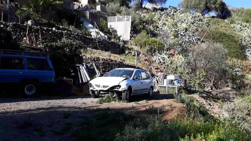 La Policía Local desmantela un vertedero de vehículos abandonados en Arenales