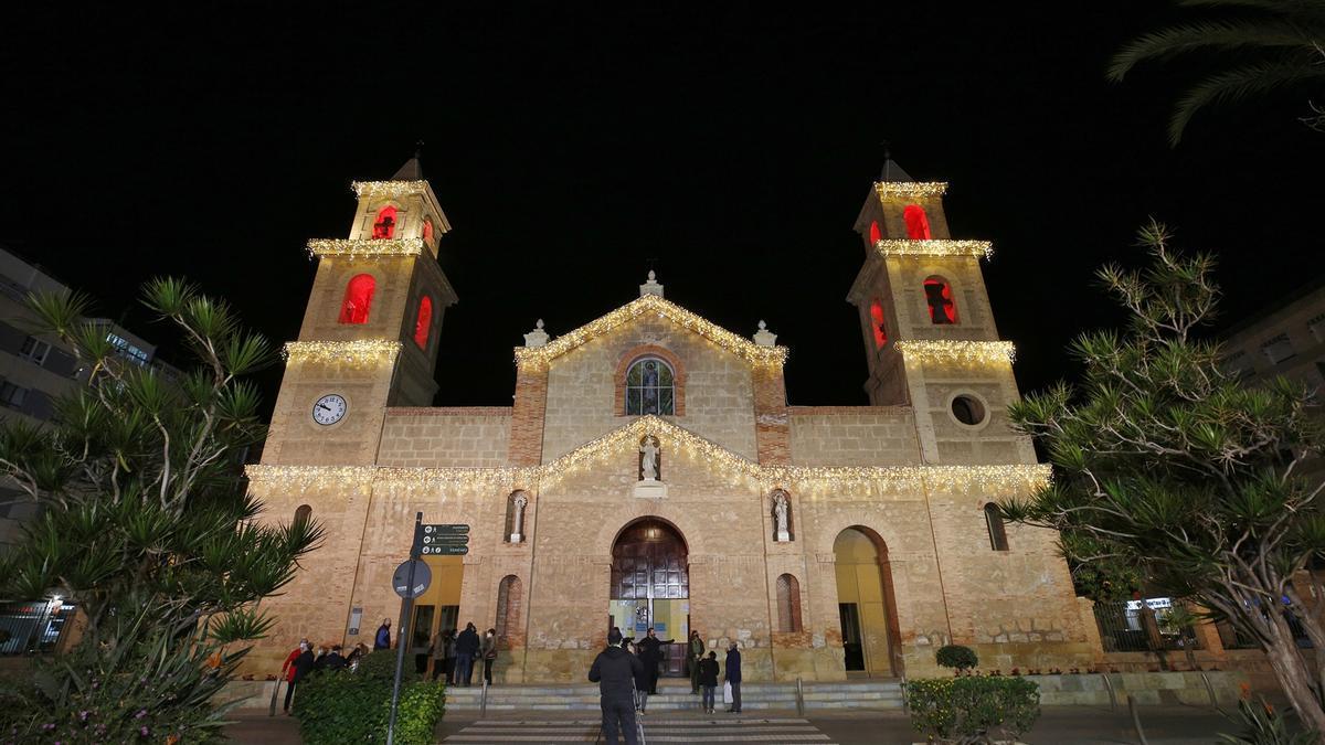 Imagen de la iluminación de Navidad 2020  en la fachada de la iglesia de La Inmaculada
