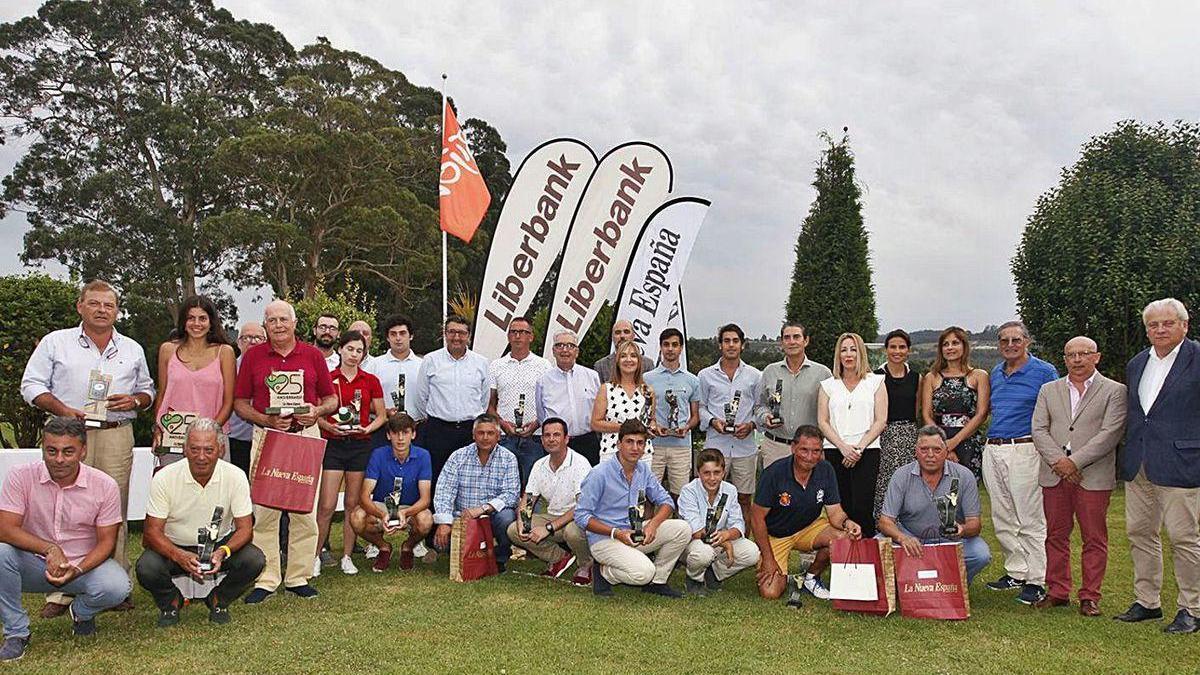 Vencedores y patrocinadores de la última edición del Torneo de golf LA NUEVA ESPAÑA-Trofeo Liberbank.