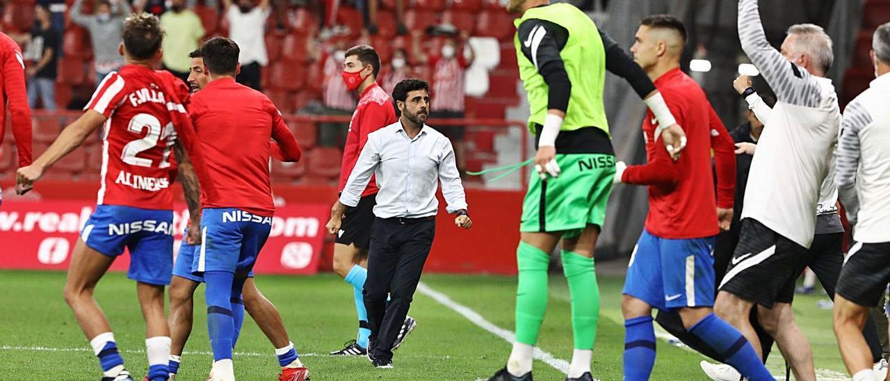 Los jugadores del Sporting celebran la victoria ante el Leganés, con David Gallego en el centro.   Juan Plaza