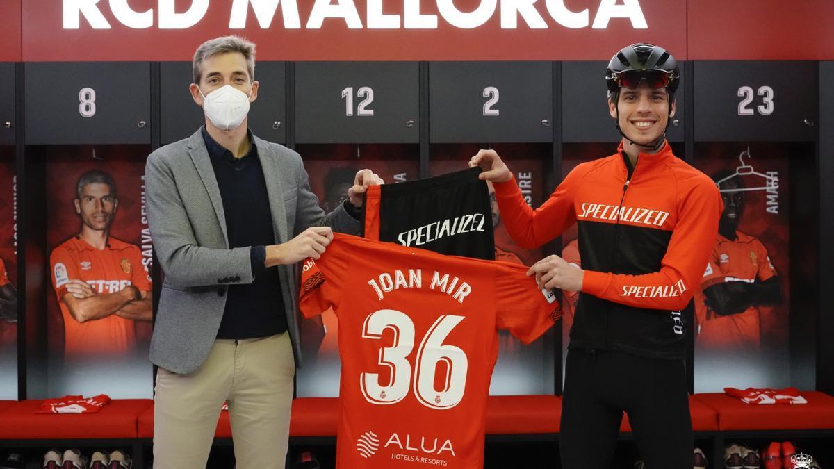 Alfonso Díaz junto a Joan Mir, campeón del mundo 2020 de MotoGP