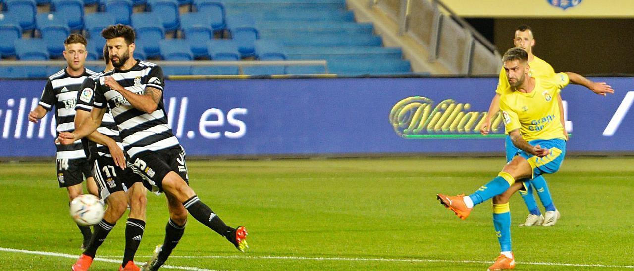 El amarillo Pejiño dispara a puerta para marcar el segundo gol de la UD Las Palmas frente el FC Cartagena, el sábado pasado.