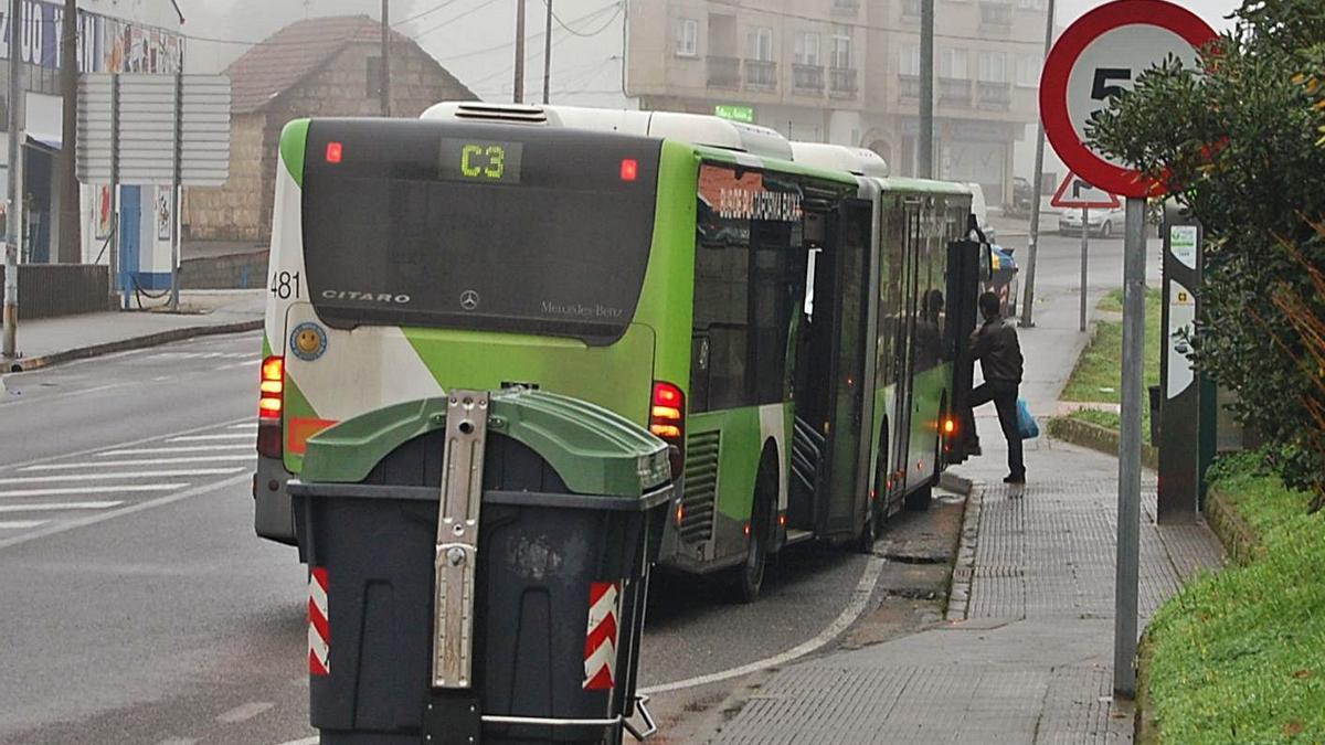 Un autobús de Vitrasa en una parada de la Avenida de Redondela, en Chapela. |   // FDV