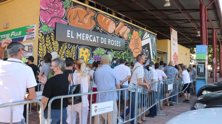 """Llargues cues i """"molta satisfacció"""" al mercat de Roses en la Marató de Vacunació sense cita prèvia de Salut"""