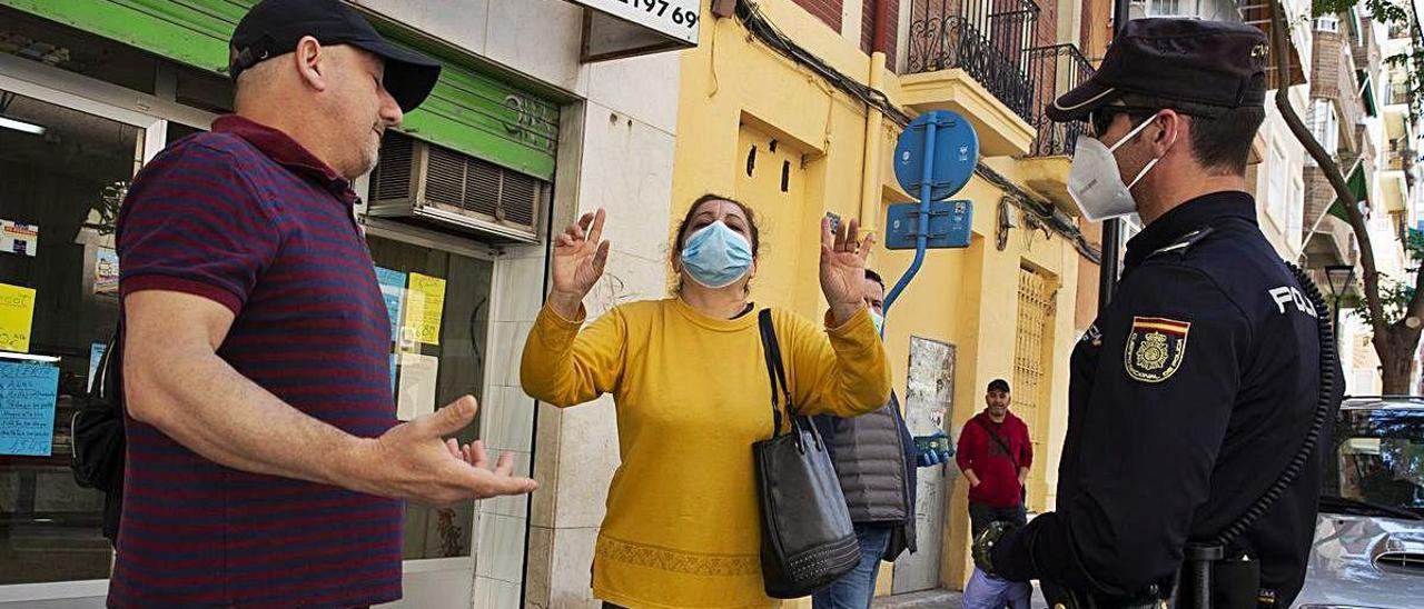 Argelinos, el pasado jueves, en el Consulado para reclamar una solución.