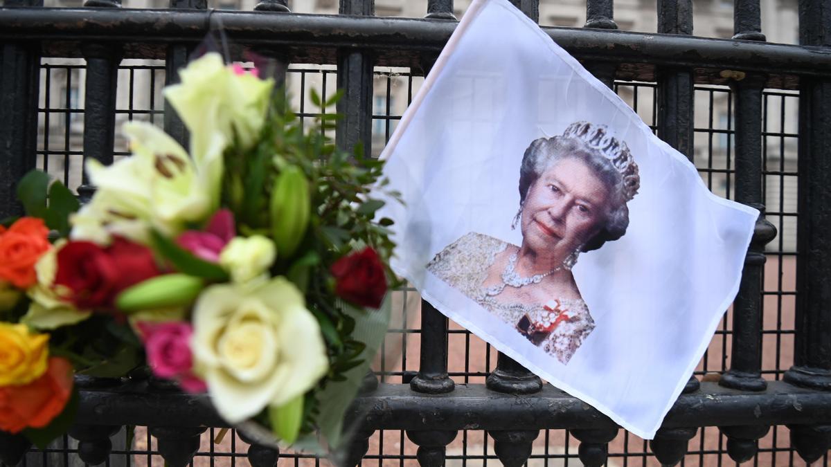 Flores en homenaje al cumpleaños de Isabel II