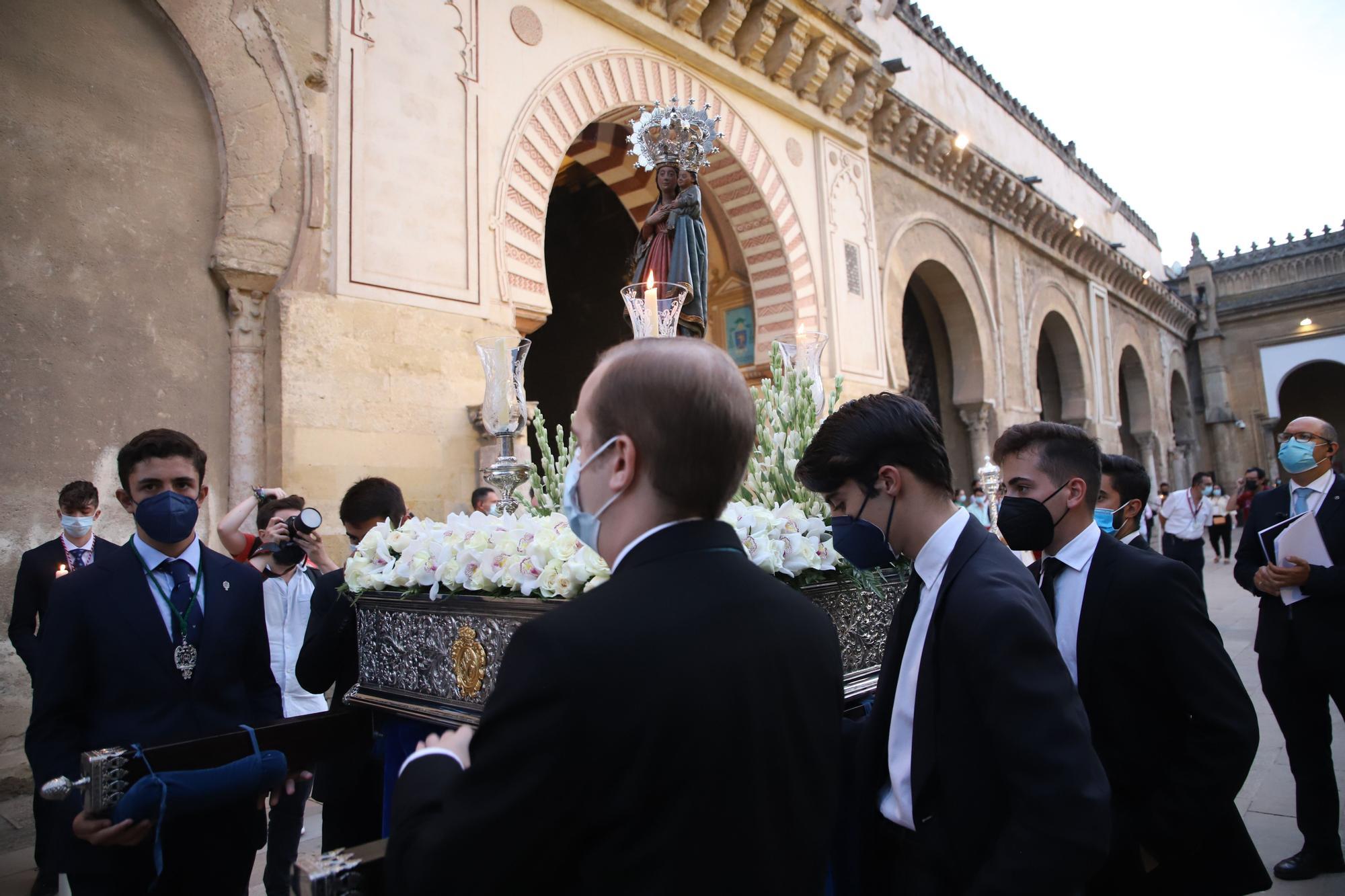 El Vía Lucis de la Virgen de la Fuensanta recoore el Patio de los Naranjos