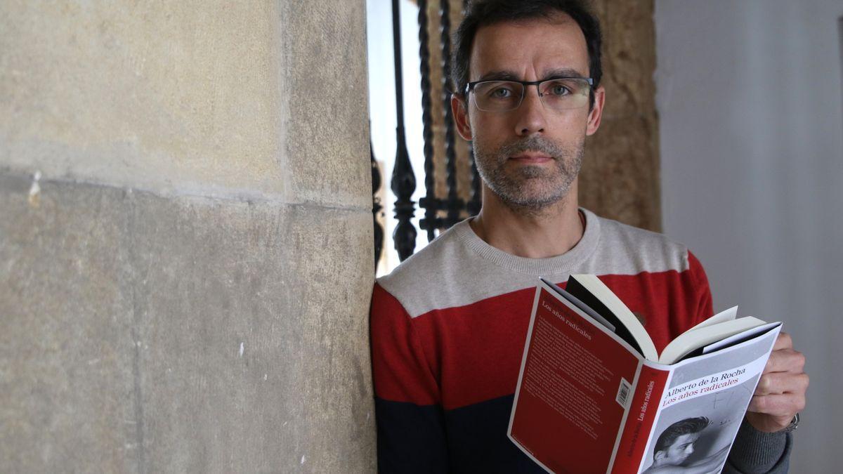 Alberto de la Rocha sostiene su última novela, 'Los años radicales'