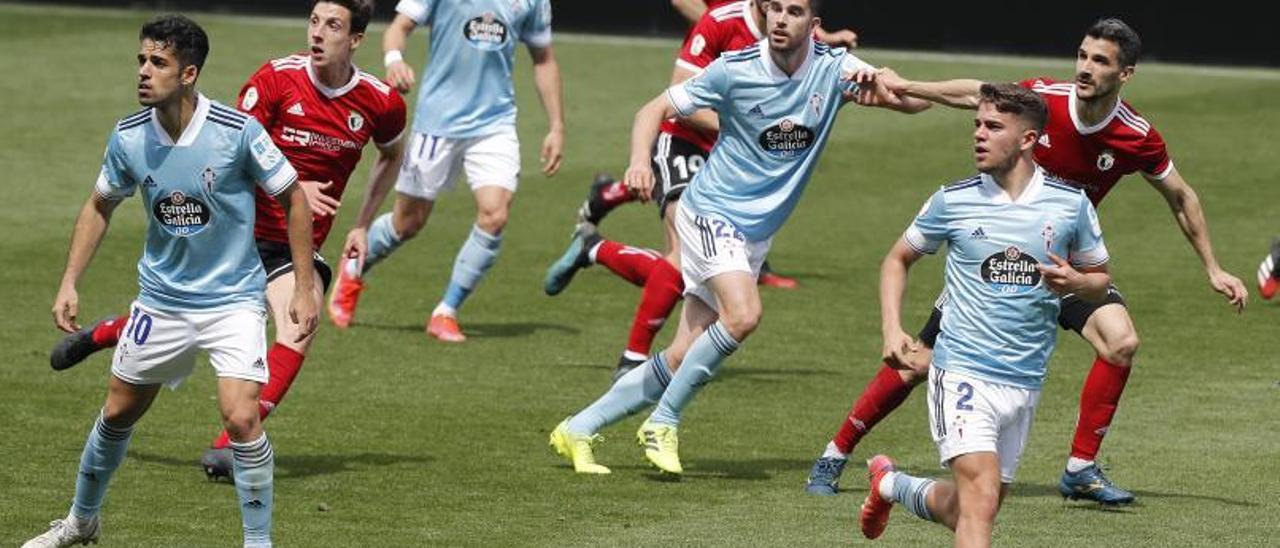 Los jugadores del Celta B y el Burgos, su próximo rival, en el partido celebrado en Balaídos. |  // RICARDO GROBAS