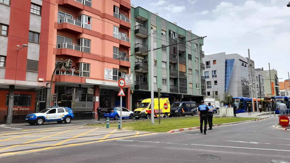 La avenida Trinidad cortada tras la caída de un hombre desde un edificio.