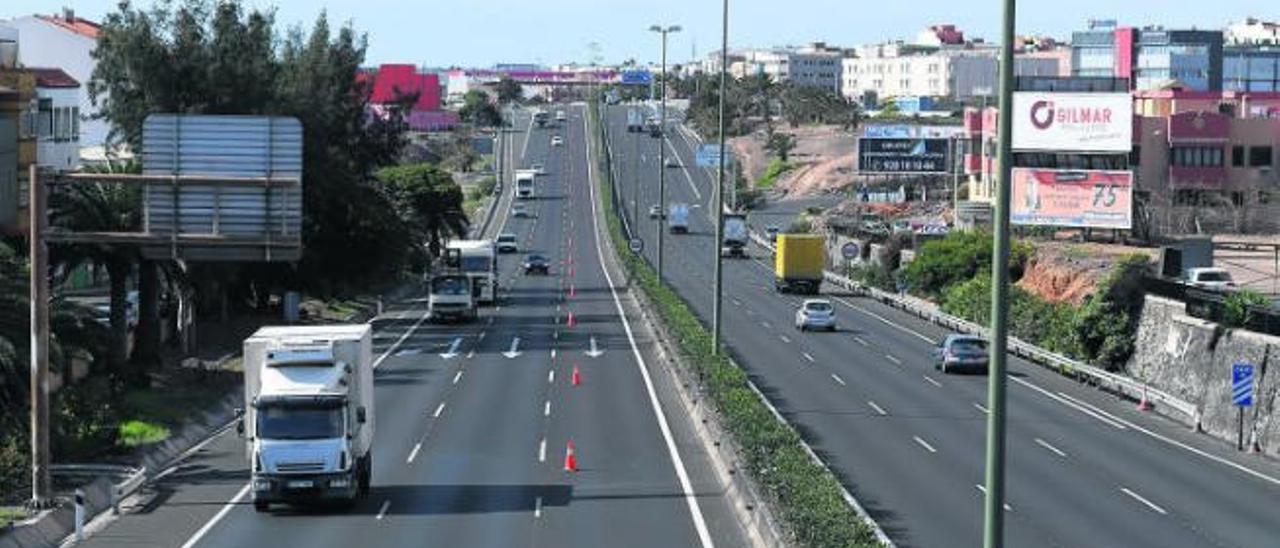 Autopista GC-1 a la altura del cruce de Melenara el pasado mes de abril, bajo el confinamiento el tráfico se ha visto reducido principalmente al transporte de mercancías.