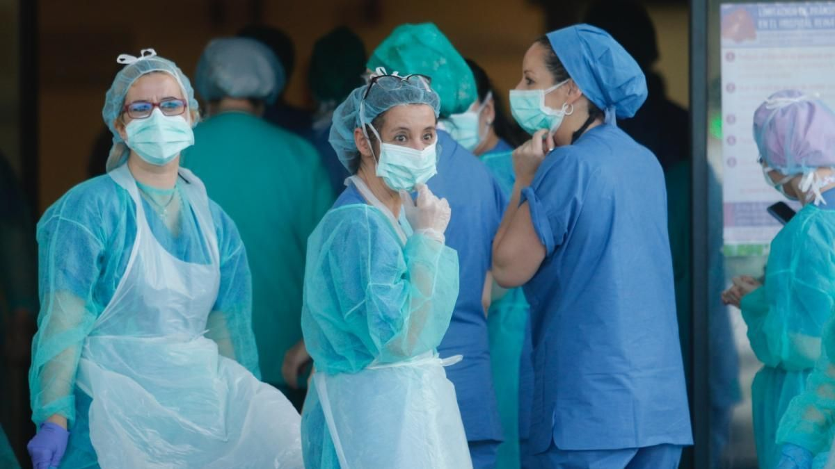Profesionales de enfermería durante su trabajo en la pandemia.