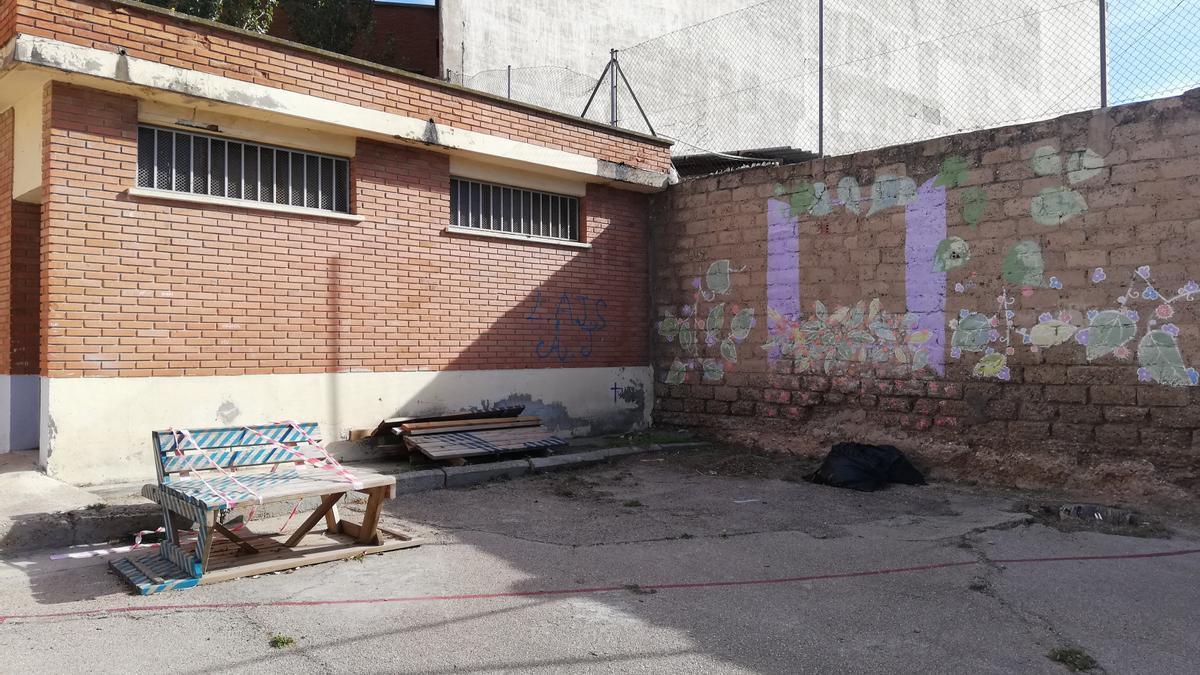 Estado del patio antes de la reforma realizada por los estudiantes.