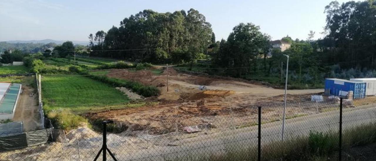 Obras para construir una de las gasolineras low-cost en la parroquia tudense de Areas.