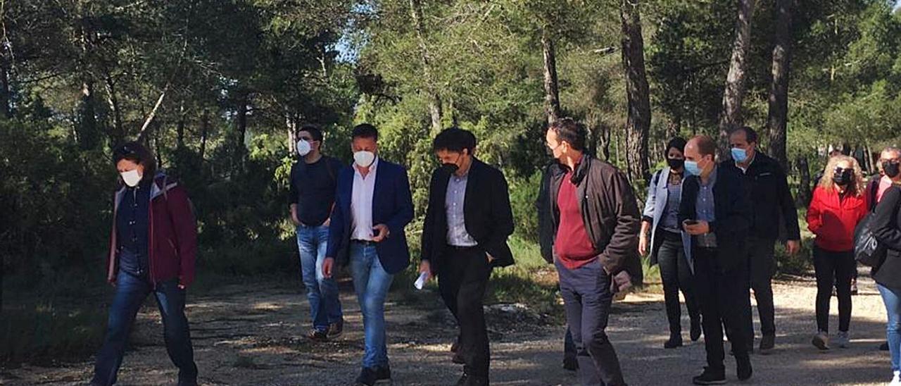 El Secretario Autonómico de Turisme, Francesc Colomer, al centro, ayer en Moixent   LEVANTE-EMV