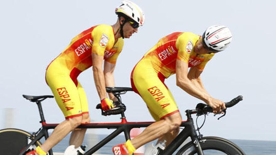 Ignacio Ávila y su guía Joan Font se cuelgan la plata en ciclismo