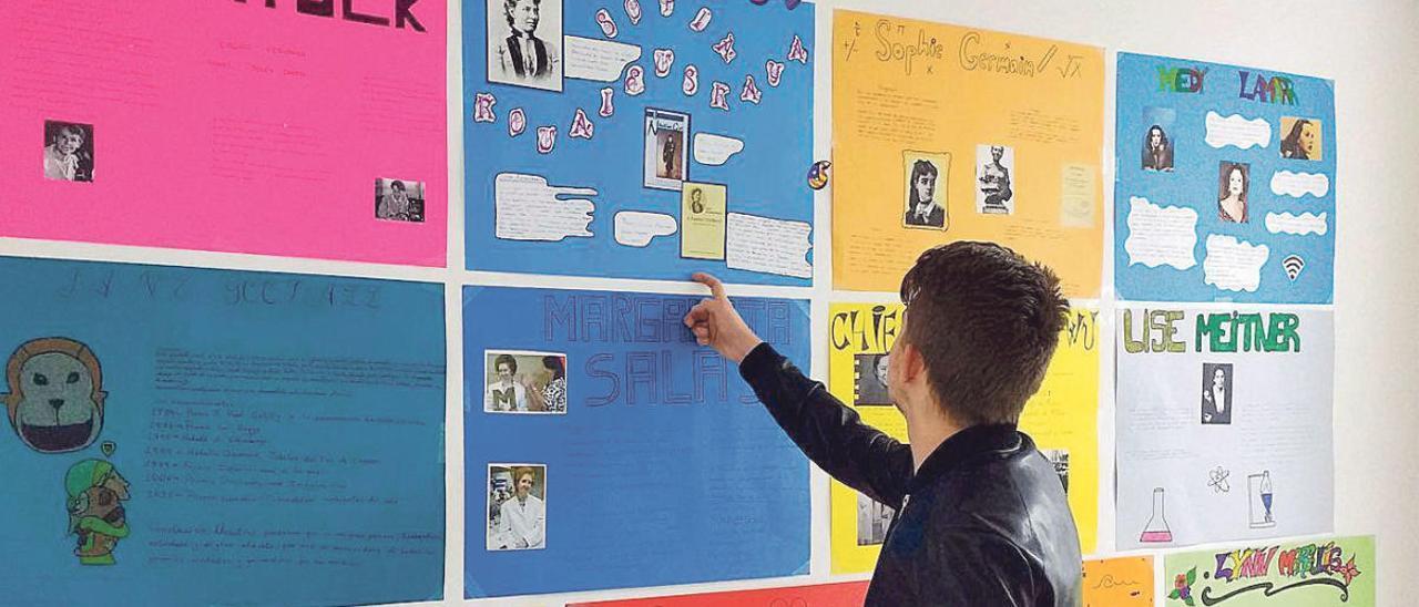 Un alumno de un centro concertado revisa un panel en su colegio.