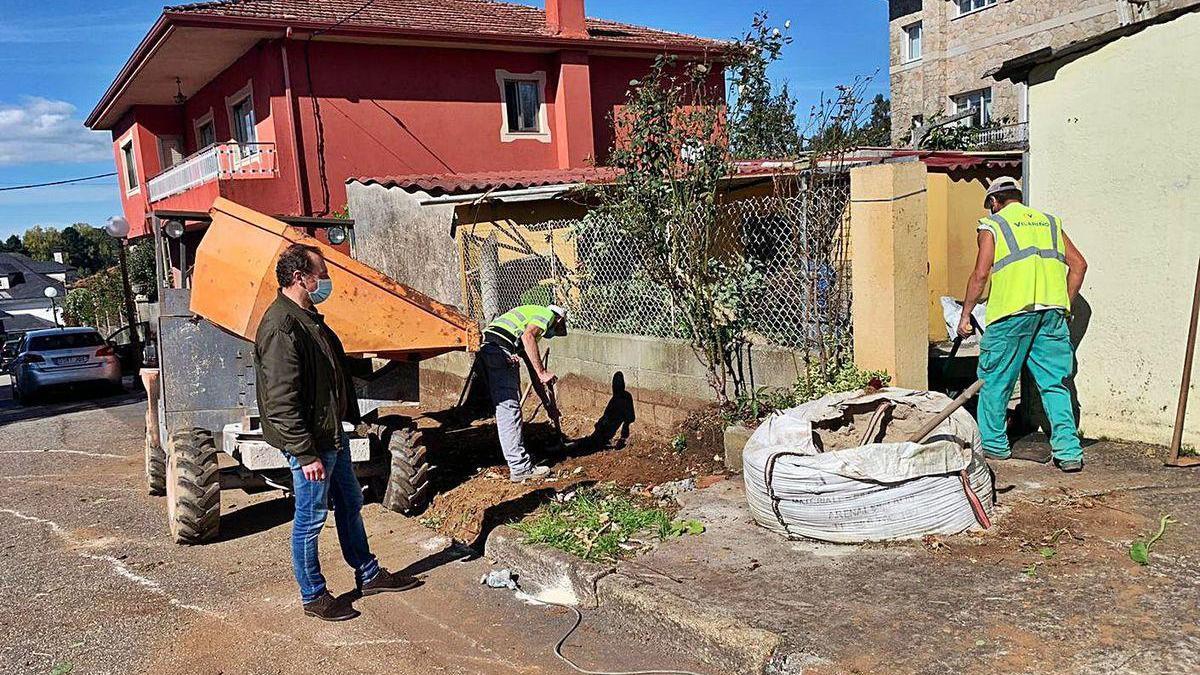 Nardo Seijas supervisa los trabajos en las aceras de la Rúa dos Rosais.
