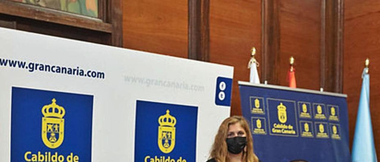 Antonio Morales, a la izquierda, y Pedro Rodríguez, firman el acuerdo, ayer. | | LP/DLP