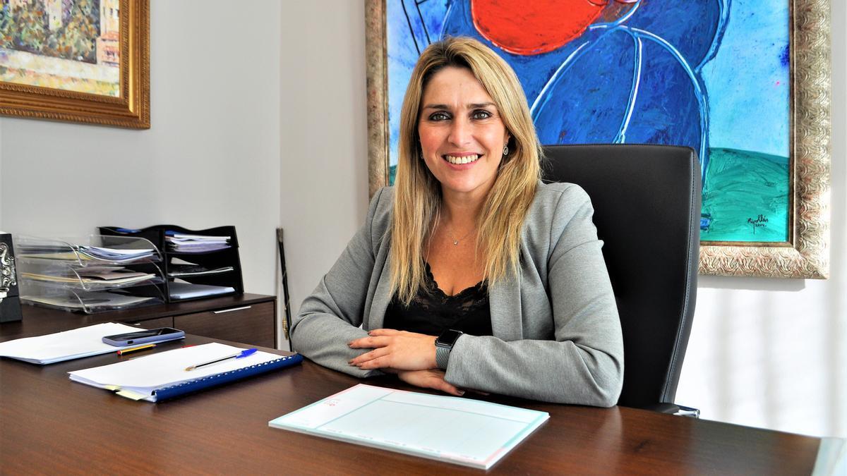 La alcaldesa de Vall d'Alba, Marta Barrachina, en su despacho.