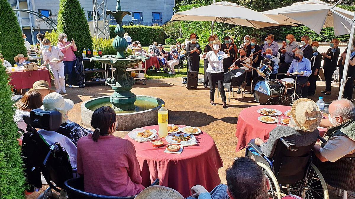 Fiesta por San Juan organizada en la residencia de mayores de Sanitas de Vigo.   | // MARTA G. BREA