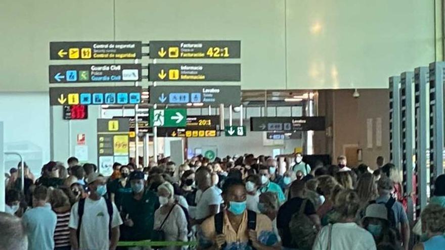 Aglomeraciones y colas en el aeropuerto de Manises