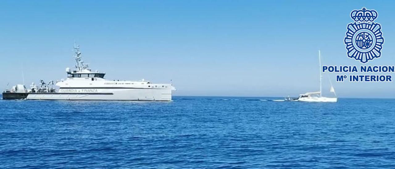 El velero que transportaba la droga y una patrullera italiana.