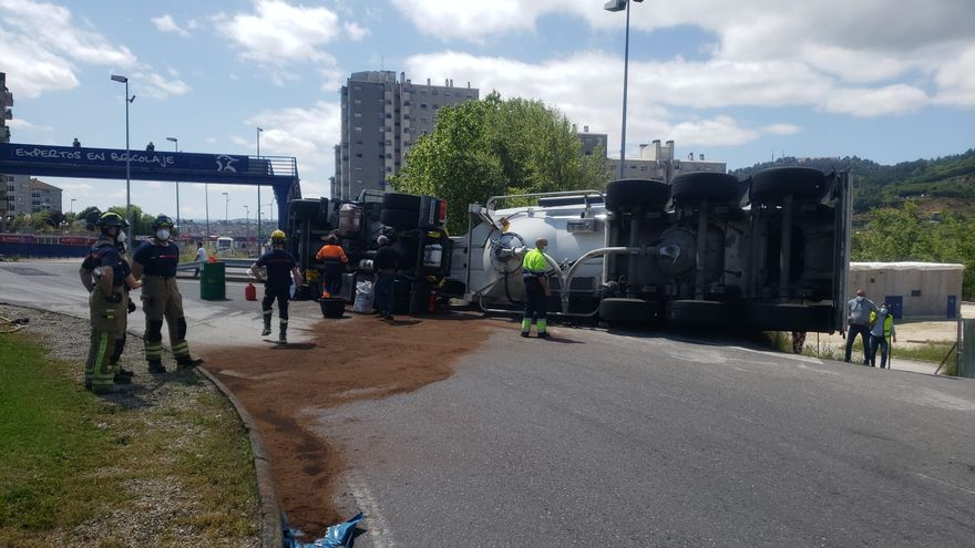 Vuelca un camión de cemento en la rotonda de la antigua estación de autobuses