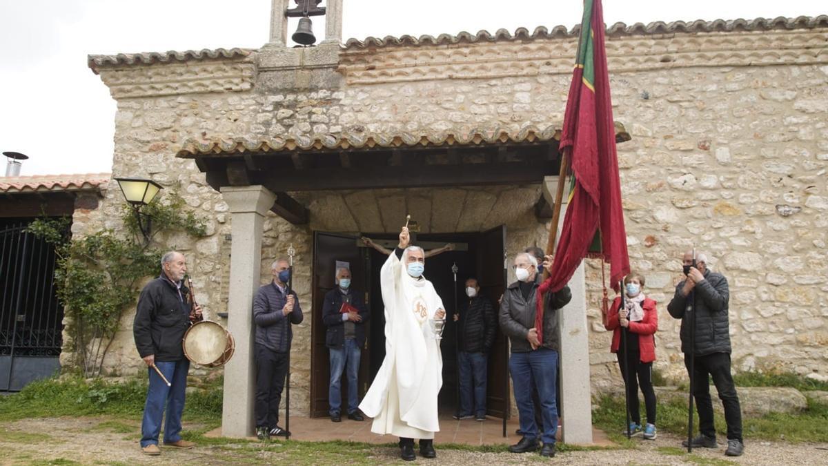Bendición de campos en la entrada de la ermita del Cristo de Valderrey