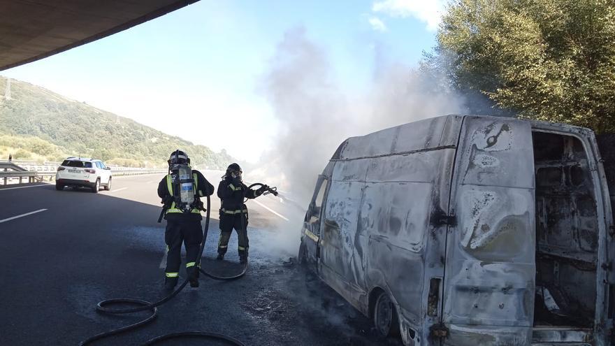 Sanabria | Una furgoneta calcinada en la A-52, junto a Padornelo